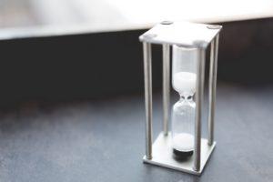 テーブルに置かれた砂時計