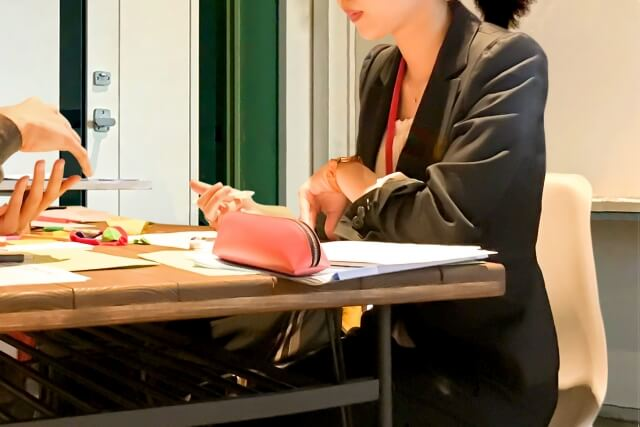 会議に参加する女性1