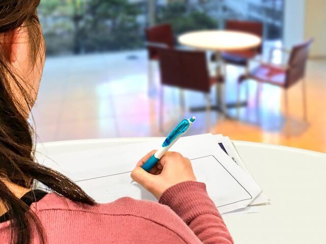 仕事・勉強する女性