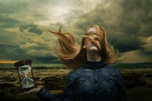 女性と砂時計