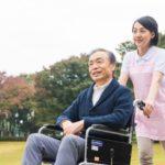 車椅子の男性と介護士23