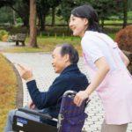 屋外の車椅子の男性と介護士31