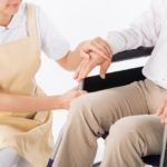 車椅子の人を介護する人1