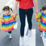 公道では子供の手をしっかりとつなぐ親 [モデル:あおみどり]