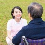 屋外の車椅子の男性と介護士1