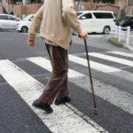 高齢者 老人と横断歩道