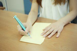 封筒に宛名を書く