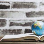本と地球儀